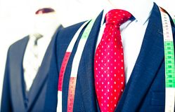 在一个时装模特的男性服装在人服装店 免版税库存照片