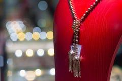 在一个时装模特的Jewelery在商店 免版税库存照片