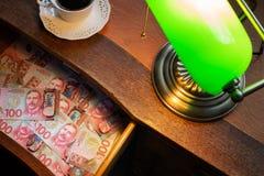 在一个时髦的书桌抽屉的新西兰新西兰元 库存照片