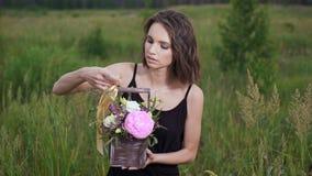 在一个时髦的抽屉的鲜花 一个用花装饰的领域的美丽的浅黑肤色的男人在晚上 影视素材