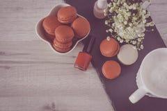在一个时髦的碗的鲜美macarons在白色木背景 最低纲领派概念的样式和法国别致和有选择性 库存图片