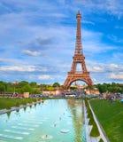 在一个明亮的下午的埃佛尔铁塔在Sprin,巴黎,法国 库存照片