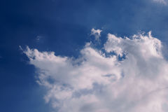 在一个明亮的下午的多云天空 免版税库存照片