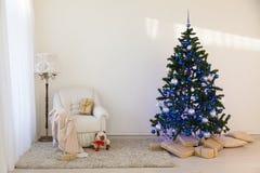 在一个明亮的室新年礼物的圣诞树 免版税库存照片