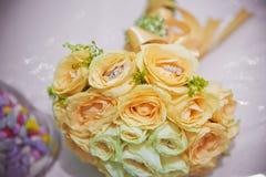 在一个明亮的黄色花特写镜头的婚戒 库存照片