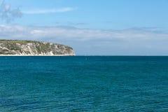 在一个春日拍的照片在看往在海的小船的Swanage海滩和jurasic海岸排行 免版税库存图片