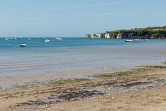 在一个春日拍的照片在看往在海的小船的Swanage海滩和jurasic海岸排行 库存图片