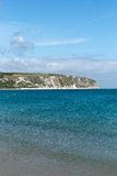 在一个春日拍的照片在看往在海的小船的Swanage海滩 免版税图库摄影