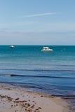 在一个春日拍的照片在看往在海的小船的Swanage海滩 库存照片