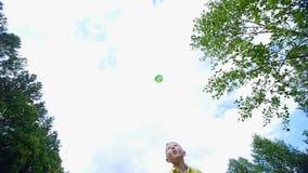 在一个春黄菊草甸,在森林附近,男孩,孩子,戏剧球,投掷它,追捕他 他获得乐趣 夏天 影视素材