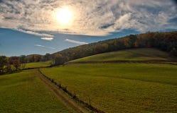 在一个晚秋天下午的农村牧场地 库存照片