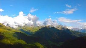 在一个晴天期间,在山的阴影 图库摄影