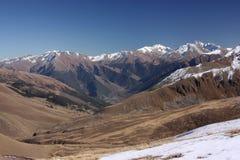 在一个晴天的冬天山 图库摄影