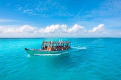 在一个晴天的木Maldivian传统dhoni小船 免版税图库摄影