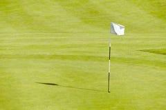 在一个晴天的高尔夫球场漏洞 库存图片