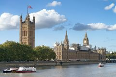 在一个晴朗的下午的威斯敏斯特宫殿,伦敦 免版税库存照片