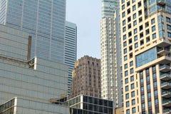 在一个晴朗的冬天a期间,各种各样的大小和年龄摩天大楼从30 ` s在街市多伦多耕种2000年` s,安大略,加拿大 免版税库存图片