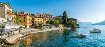 在一个晴朗的夏天下午的美好的瓦伦纳江边,科莫湖,伦巴第,意大利 免版税库存图片
