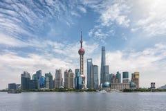 在一个晴朗的春日期间,对上海现代地平线的全景  库存图片