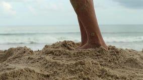 在一个晴朗的沙滩的美好的亭亭玉立的妇女腿 股票视频