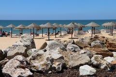在一个晴朗的海滩的遮阳伞 免版税库存照片