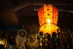 在一个暗室挂的一个明亮的灯笼 免版税库存照片