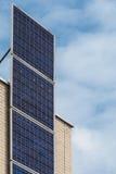 在一个最近编译房子的垂直的太阳电池板 库存图片