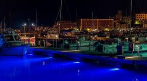 在一个有启发性口岸的夜视图与在圣马尔盖里塔利古雷,意大利的被停泊的小船 免版税库存照片
