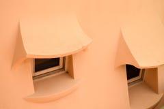 在一个有机织地不很细屋顶的两个小窗口 库存图片