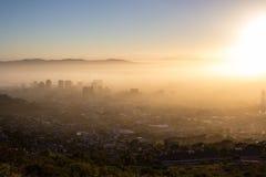 在一个有薄雾的早晨的开普敦 免版税库存照片