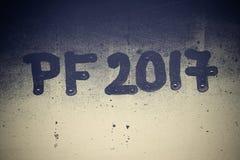 在一个有薄雾的窗口2017年写的PF 新年的庆祝的背景2017年 库存图片