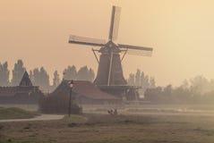 在一个有雾的下午的荷兰语风车 免版税库存图片