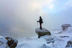 在一个有雾的冬日有旅行的一个人黏附 图库摄影
