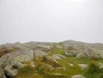在一个有雾的夏日期间,一座山的山顶 骆驼小丘,佛蒙特,美国 免版税库存照片