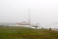 在一个有雾的早晨的灯塔 库存图片