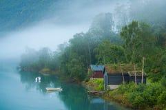 在一个有雾的湖的Sunrize在挪威 库存照片