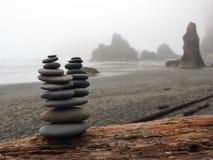 在一个有雾的红宝石海滩的被堆积的岩石 免版税库存图片