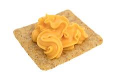 在一个有组织的整体五谷麦子薄脆饼干的罐装乳酪 库存照片