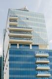 在一个朦胧的凉快的天气设置的大高玻璃迪拜中东大厦 免版税库存照片