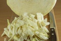 在一个木切板的切的圆白菜 库存照片