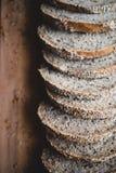 在一个木切板的切的multigrain家制面包在家 库存照片