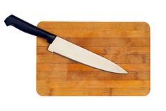 在一个木切板的厨刀 背景查出的白色 免版税库存照片