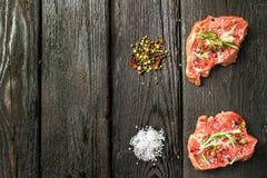 在一个木切板的新鲜的切的生肉 库存照片