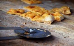 在一个木切板的被切的pizzabread 库存照片