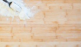 在一个木切板的面粉 库存照片