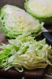 在一个木切板的年轻圆白菜 免版税库存照片