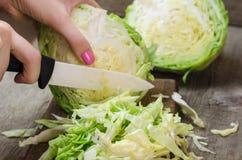 在一个木切板的年轻圆白菜 免版税库存图片