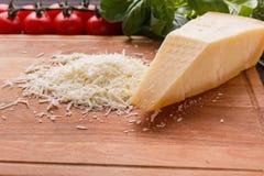 在一个木切的委员会的芬芳被磨碎的巴马干酪 库存照片