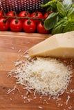 在一个木切的委员会的芬芳被磨碎的巴马干酪 免版税图库摄影