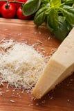 在一个木切的委员会的芬芳被磨碎的巴马干酪 免版税库存图片